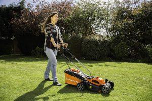 Yard Force 32cm Cordless Rotary Lawnmower Working